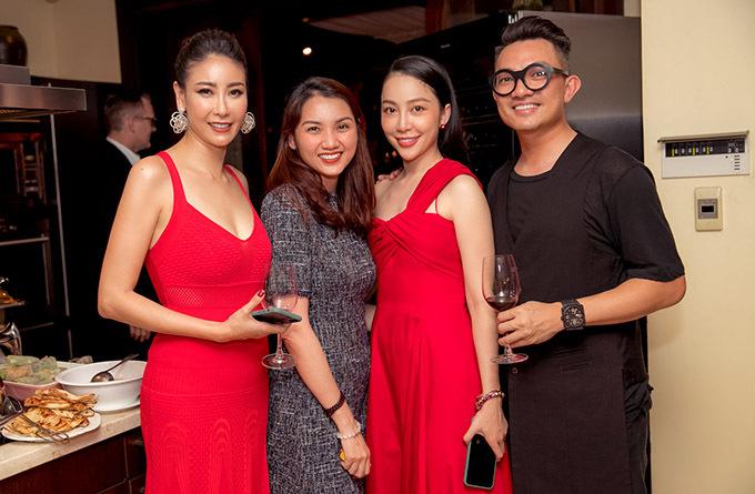 Diễn viên múa Linh Nga cùng bạn trai Tuấn Moon (đeo kính) sánh đôi đến thăm nhà Hoa hậu Việt Nam 1992.