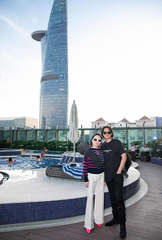 Cặp đôi tận hưởng ngày cuối năm thảnh thơi, bình yên ở trung tâm Sài Gòn.