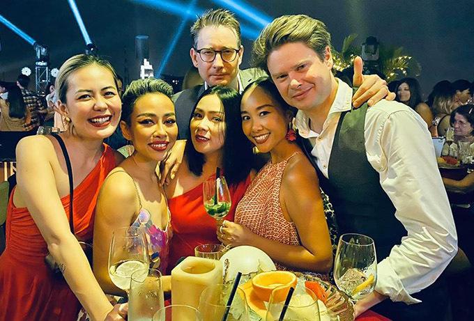 MC Bùi Việt Hà, ca sĩ Thảo Trang cùng vợ chồng Đoan Trang và những người bạn tụ họp đếm ngược đợi năm 2020.