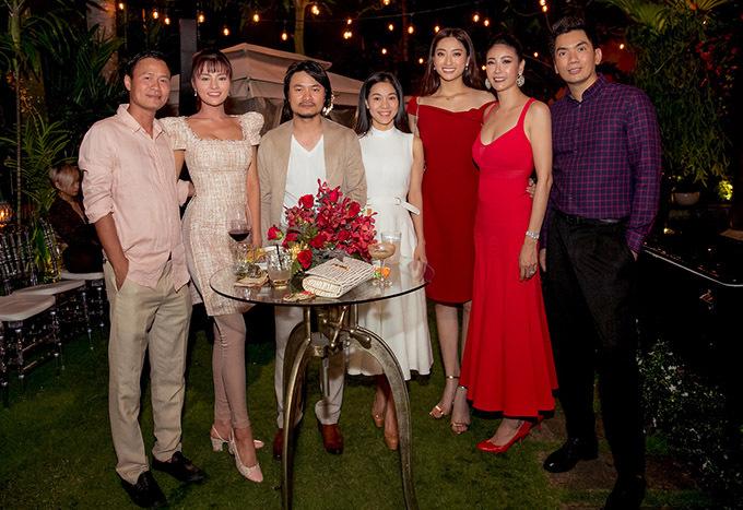 Vợ chồn cựu người mẫu Vũ Thu Phương, đạo diễn Hoàng Nhật Nam và bà xã Phạm Kim Dung cùng giám đốc sáng tạo Nguyễn Hoàng Anh (áo kẻ) là những người bạn thân thiết với gia đình Hà Kiều Anh.