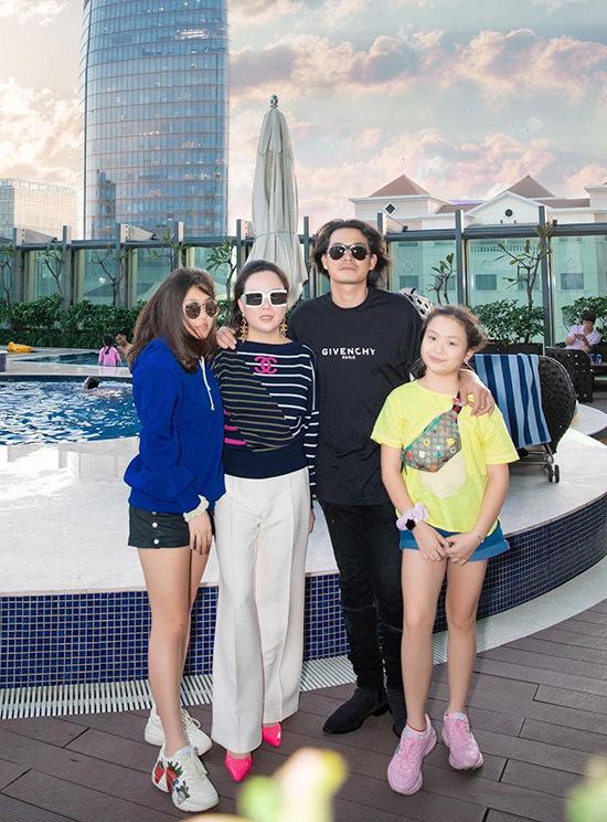 Hai con gái riêng của Phượng Chanel gọiQuách Ngọc Ngoan là bố hai.