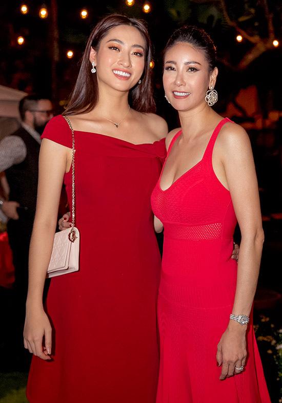 Hoa hậu Lương Thuỳ Linh mặc váy đỏ rực rỡ dự tiệc cùng đàn chị.
