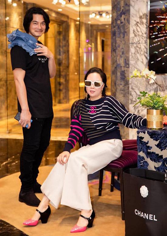 Tối 31/12 gia đình nữ doanh nhân nghỉ ở một khách sạn 5 sao với tầm nhìn đẹp để mừng sinh nhật Phượng Chanel và tiện ngắm pháo hoa, đónnăm mới.