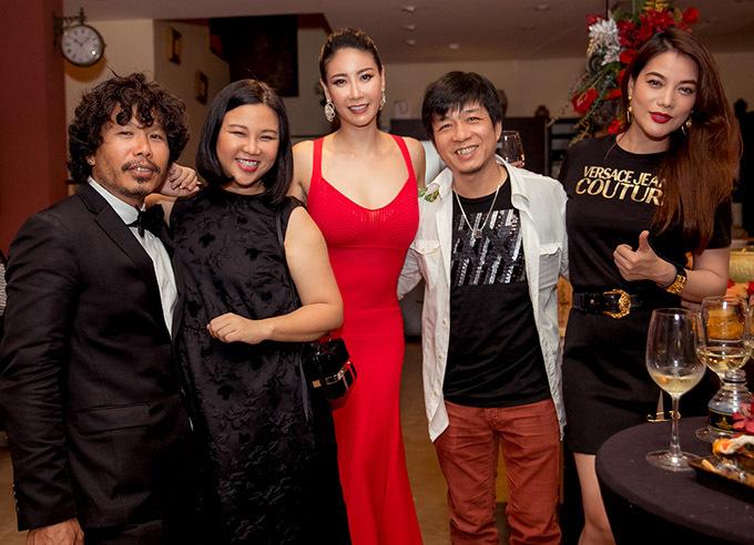 Đạo diễn Đoàn Minh Tuấn (quần đỏ), diễn viên Trương Ngọc Ánh đã gắn bó với Hà Kiều Anh hơn 20 năm nay.
