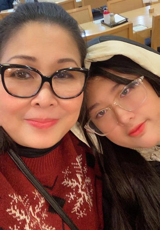 Nghệ sĩ Hồng Vân đi Hàn Quốc du lịch cùng con gái và đón năm mới tại xứ kim chi. Chị bất ngờ vì ở đây không khí khá vắng lặng trong đêm giao thừa. Mọi người đều về nhà sớm để trốn thời tiết giá lạnh.