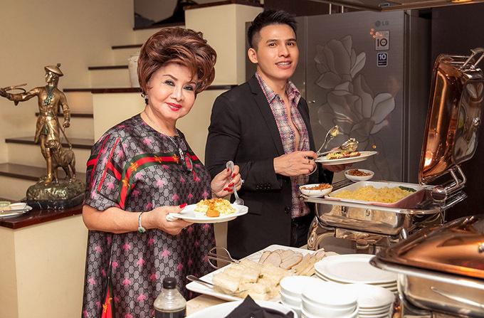 Ca sĩ Quốc Thiên và các khách mời hào hứng thưởng thức buổi tiệc sang trọng, ấm cúng tại biệt thự của Hà Kiều Anh.