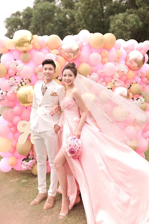 Vàothời khắc cuối cùng của năm 2019, cô dâu Võ Nhật Linh đã đăng tải trên trang cá nhân loạt hình cưới với tiền vệ Phan Văn Đức.