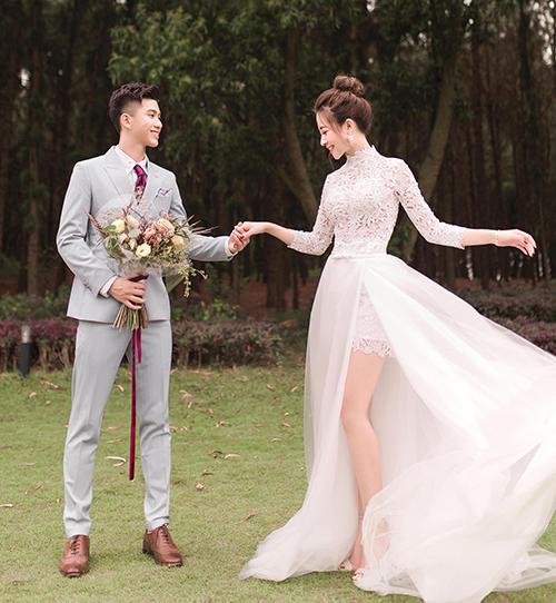 Cô dâu Nhật Linh thay sang váy đắp ren gam trắng tinh khôi. Mẫu đầm tiếp tục có thiết kế xẻ tà, làm lộ đôi chân thon gầy, ưu điểm vóc dáng cô dâu.