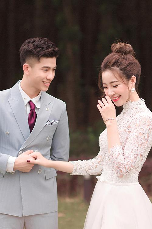 Trước khi công bố loạt ảnh cưới chính thức, cô dâu Nhật Linh đã nhiều lần nhá hàng tới người hâm mộ uyên ương bằng vài tấm ảnh đăng trên facebook, instagram nhưng đều giấu mặt chú rể.