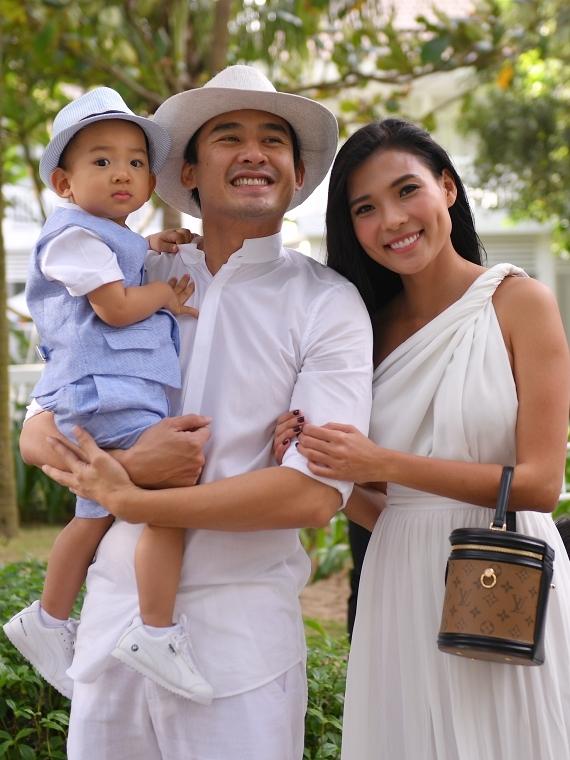Gia đình Lương Thế Thành - Thuý Diễn mặc trang phục màu trắng theo yêu cầu dresscode. Họ vui mừng khi cựu siêu mẫu Xuân Lan tìm thấy