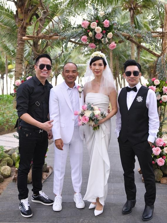 Ca sĩ Quang Hà (phải) và ông bầu Quang Cường (trái) chúv Xuân Lan mãi hạnh phúc, viên mãn trong cuộc hôn nhân mới.