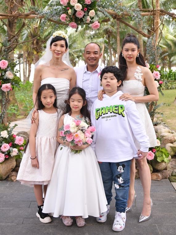 Diễn viên Trương Quỳnh Anh (phải) và con trai Sushi chụp ảnh kỷ niệm cùng vợ chồng Xuân Lan.