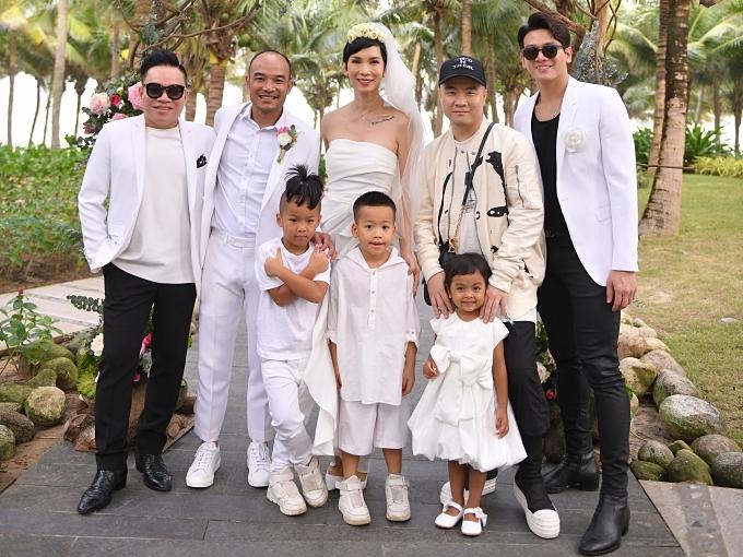 Đỗ Mạnh Cường đưa ba con nuôi ra Đà Nẵng dự cưới. Đồng hành cùng anh còn có doanh nhân Huy Cận (trái).