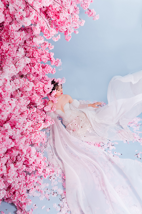 Tay váy có tà phụ dài, tạo độ thướt tha, hút ánh nhìn ở mọi khung hình.