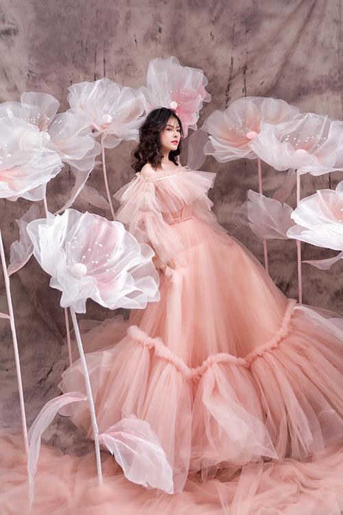 Váy mang sắc cam pastel là gợi ý tiếp theo từ Vân Trang. Điếm đáng chú ý của mẫu đầm là phom dáng có độ xòe rộng, váy không có họa tiết mà sử dụng kỹ thuật xếp ly làm điểm nhấn.