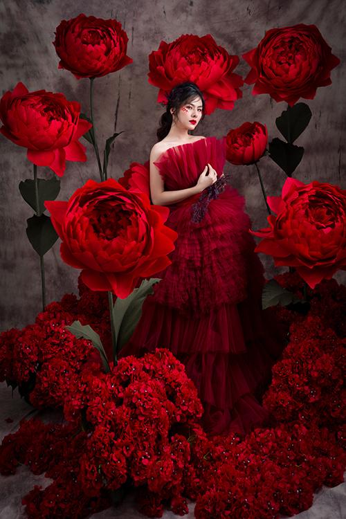 Cuối cùng là váy cưới đỏ, tượng trưng cho sự bùng nổ, mãnh liệt của tình yêu đôi lứa.