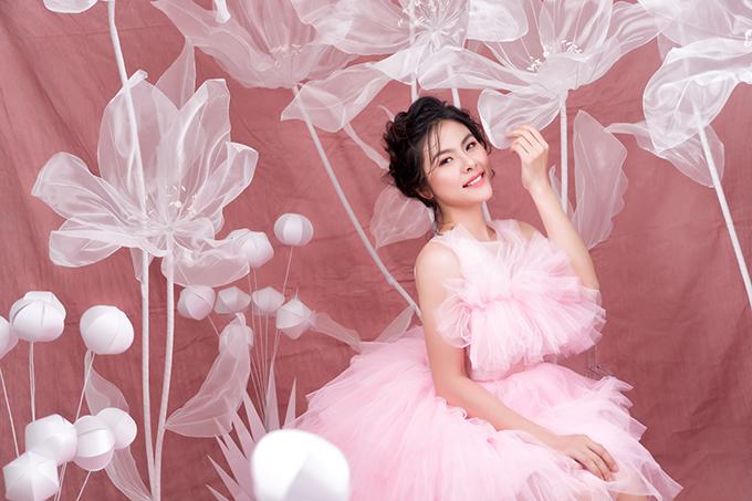 Ngày nay, cô dâu hiện đại có nhiều sự lựa chọn trang phục đa dạng ngoài gam màu trắng truyền thống. Vân Trang gợi ý về mẫu đầm tiếp khách mang gam hồng pastel.