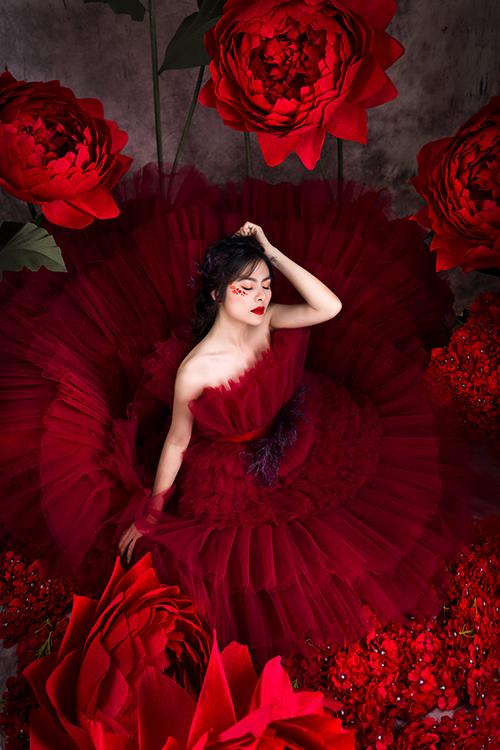 Váy có thiết kế quây ngực, các tầng bậc dọc thân tạo hiệu ứng như nghìn cánh hoa đan cài.