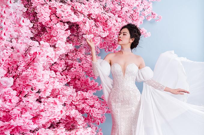 Trong một bộ ảnh thời trang, nữ diễn viên Vân Trang một lần nữa có dịp hóa thân thành cô dâu khi diện váy cưới. Bộ cánh được tạo dựng từ chất liệu lưới cứng, dập xếp ly tạo hiệu ứng tầng bậc, độ bồng xòe tự nhiên.