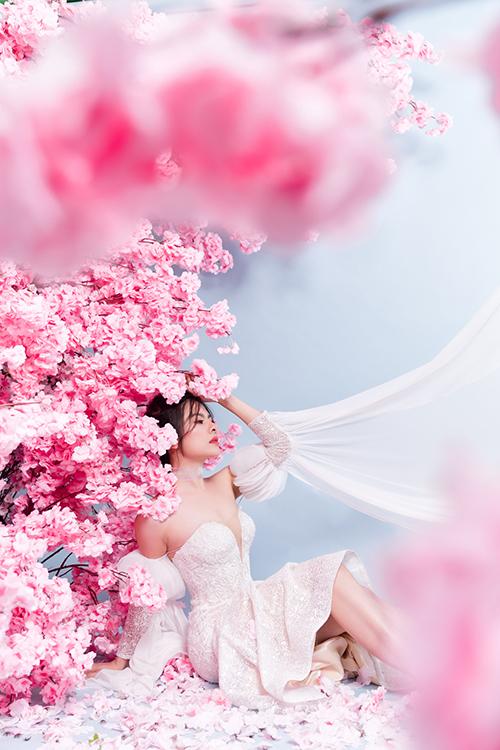 NTK Helen Phương muốn thông qua kiểu tay váy phồng xếp ly để truyền đi thông điệp thời trang hiện đại, lôi cuốn, làm toát lên cá tính của người diện.