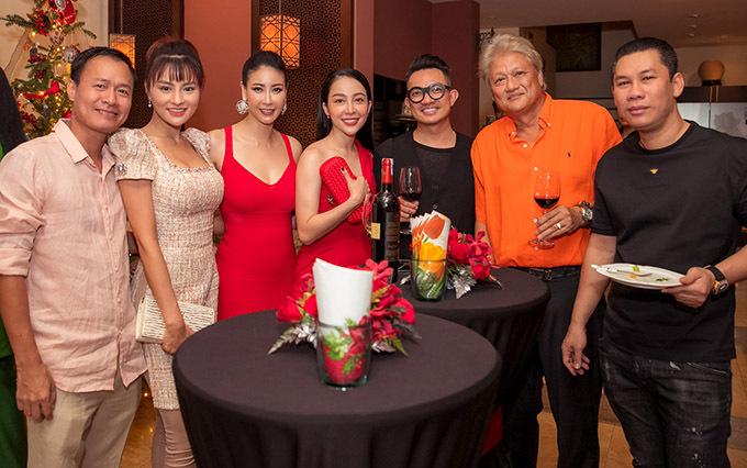 Chồng ca sĩ Lệ Quyên (ngoài cùng bên phải) cũng có mặt trong tiệc tổng kết năm 2019 do Hoa hậu Việt Nam 1992 tổ chức.