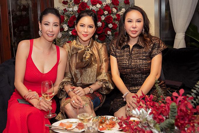 Cựu diễn viên Thuỷ Tiên (giữa) mặc thanh lịch, khoe vẻ trẻ trung ở tuổi 50.