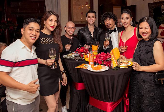 Đạo diễn Nguyễn Ngọc Thuỵ (ngoài cùng bên trái), diễn viên Anh Dũng (thứ tư từ phải qua) cùng mọi người nâng ly uống với chủ nhân buổi tiệc. Hà Kiều Anh tiết lộ năm 2020 cô sẽ đầu tư mở một spa lớn tại TP HCM.