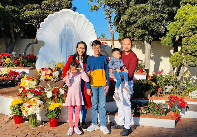 Ca sĩ Hồng Ngọc đi lễ nhà thờ cùng ông xã và ba con ở Mỹ đểcảm tạ Đức Mẹ luôn đồng hành, che chở cho gia đình cô trong suốt năm 2019.