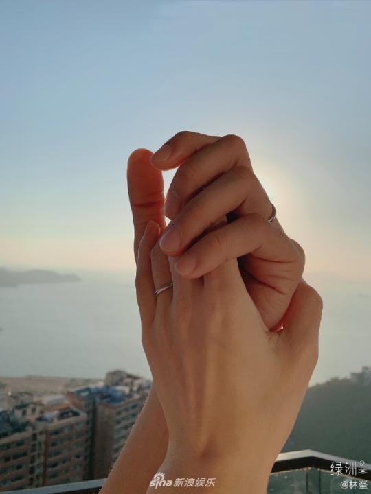 Lâm Phong hôm 31/12 đăng tải trên Weibo bức ảnh tay đan tay Trương Hinh Nguyệt, anh viết: Năm 2019 của tôi, cuộc sống đã bước sang một giai đoạn mới. Từ sau này anh sẽ ở bên, đồng hành cùng em. Đáp lại chồng, Trương Hinh Nguyệt cũng viết: Sẽ ở bên anh trọn cuộc đời em.   Tài tử cũng dành cho khán giả lời cảm ơn: Cảm ơn vì đã chúc phúc cho chúng tôi.