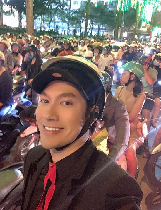 Nhà thiết kế Lý Quí Khánh đi xe ôm, vượt biển người ùn tắc ở Sài Gòn để đi xem show diễncủa Hồ Ngọc Hà, Đàm Vĩnh Hưng.
