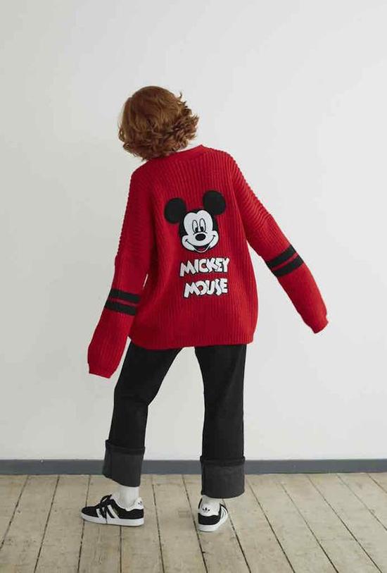 Ở những miền ôn đới, chuột Mickey được đưa vào các kiểu áo len, áo nỉ, áo dạ... để chị em dễ mix đồ chưng diện trong dịp đầu xuân.