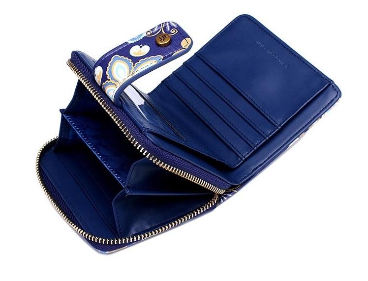 Có cùng kiểu hoa văn với ví dài ở trên, ví gập bấm cúc của Venuco Madrid mang đến phong cách khác biệt cho chị em. Nếu thích những chiếc ví nhỏ gọn, để vừa trong túi đeo chéo hoặc túi xách, đây là chiếc ví phù hợp cho phái đẹp. Ví gồm hai ngăn nhỏ bên ngoài có dây kéo, dùng đựng tiền xu hoặc các vật dụng, giấy tờ nhỏ dễ thất lạc. Bên hông là các ngăn nhỏ đựng thẻ, danh thiếp, ngăn trong chứa ảnh và một ngăn dài dựng tiền. Ví có giá 797.300 đồng, ưu đãi 30% trên Shop VnExpress.