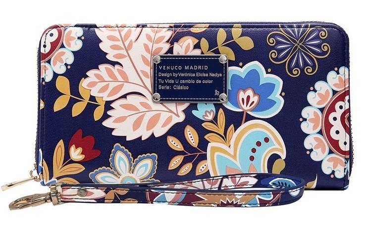 Ví cầm tay Venuco Madrid màu xanh dương đậm in hoa lá nữ tính. Ví dáng dài với nhiều ngăn nhỏ tiện dụng, có thể chứa các loại thẻ, danh thiếp, giấy tờ... Dây kéo kim loại chắc chắn. Sản phẩm đi kèm dây đeo cổ tay tiện lợi có thể tháo rời. Ví dài có giá ưu đãi 30% trên Shop VnExpress, giảm còn 888.300 đồng.
