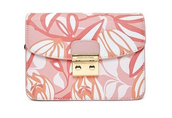 Túi hộp mini màu hồng nhạt với hoa văn nhẹ nhàng,màu sắc trang nhã, kết hợp giữa màu hồng, cam và trắng, dễ phối với nhiều kiểu trang phục. Túi làm từ chất liệu da PU và polyester chắc chắn, bền màu, không bị sờn bạc sau thời gian dài sử dụng. khóa gài inox chắc chăn, đường chỉ may tỉ mỉ. Túi có dây đeo chéo bằng kim loại chắc chắn, có thể tháo rời, phom túi hộp cứng cáp. Sản phẩm có giá ưu đãi 30% trên Shop VnExpress, giảm còn 932.400 đồng.