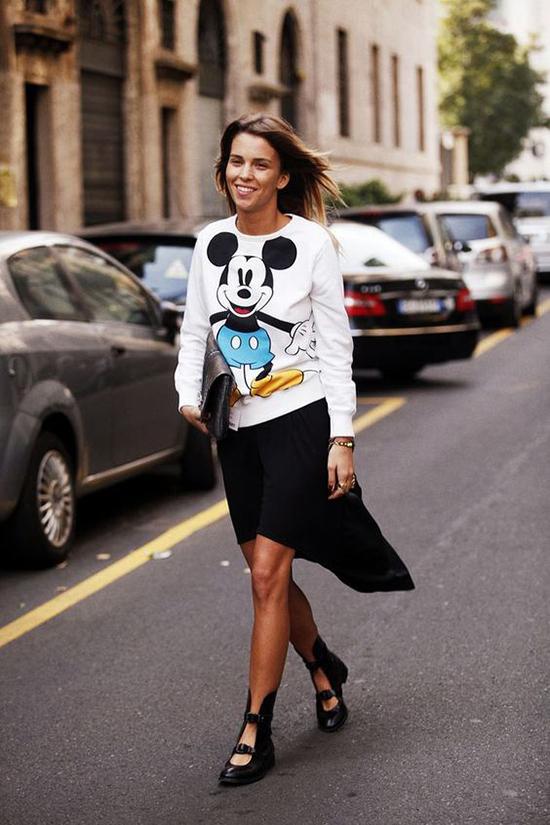 Từ nhiều mùa thời trang trước, chuột Mickey đã được chọn làm điểm nhấn cho các kiểu áo thun basic. Ở mùa xuân 2020 chúng được hâm nóng trở lại.