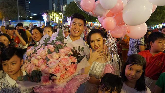 Các fan vây quanh Duy Mạnh và Quỳnh Anh sau màn cầu hôn trên phố đi bộ Nguyễn Huệ, TP HCM. Ảnh: ĐDM.