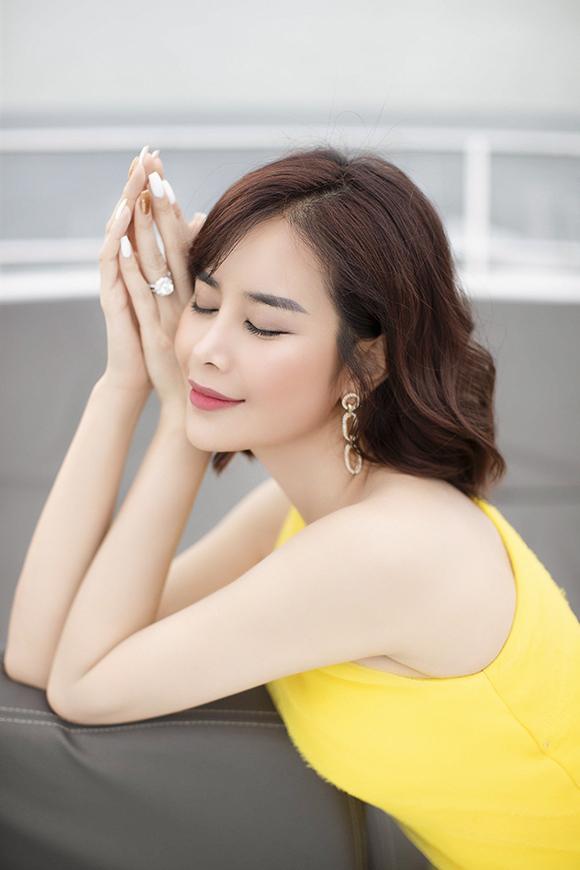 Để trở nên nổi bật trong bữa tiệc, cô phối trang phục với khuyên tai dáng dài và nhẫn kim cương. Trong tuổi mới, Sella Trương chỉ ước bản thân và gia đình được bình an.