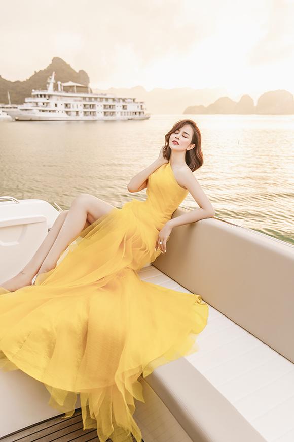 Người đẹp có những phút phiêu lãng khi được đắm chìm vào thiên nhiên của Hạ Long - một trong những kỳ quan của thế giới.