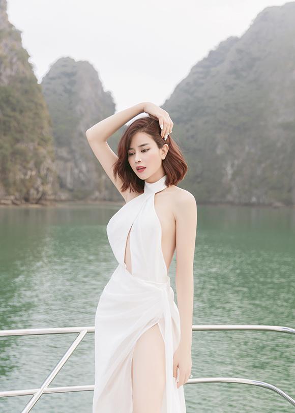 Bộ váy giúp côkhoe trọn tấm lưng trần, vòng eo thon thả và vòng một gợi cảm lấp ló. Sella Trương từng đoạt giải Hoa hậu Điện ảnh 2016,chủ yếu kinh doanh ở Mỹ và thỉnh thoảng về Việt Nam để tham gia các hoạt động giải trí.