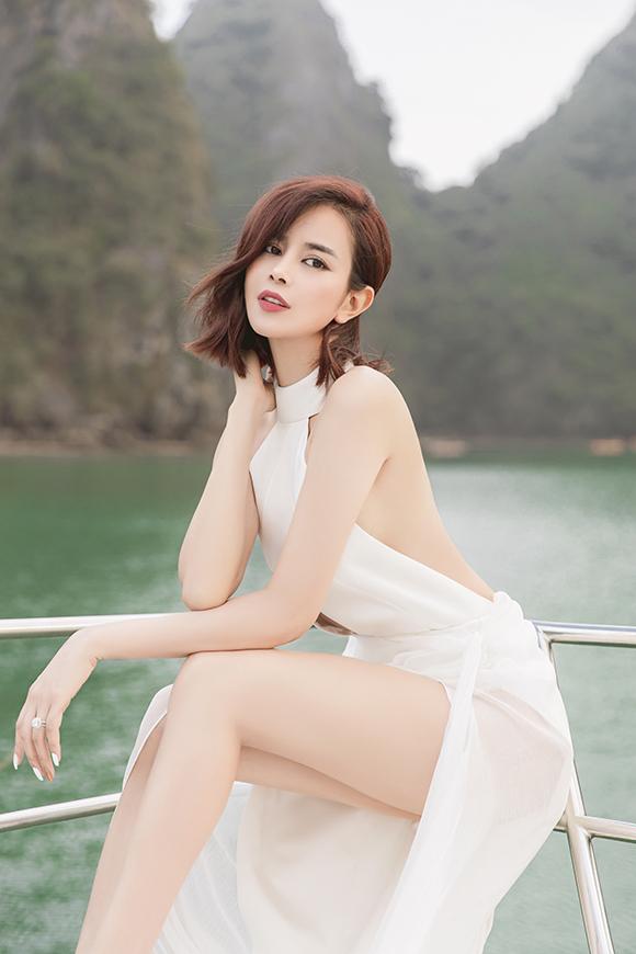 Khi diện váy cut-out với nhiều khoảng hở táo bạo, Sella Trương hạn chế tối đa phụ kiện.