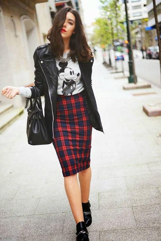 Với áo thun trắng đen in hoạ tiết đơn giản, phái đẹp vẫn có thể mix đồ sang chảnh và thể hiện gu thời trang cuốn hút khi xuống phố.