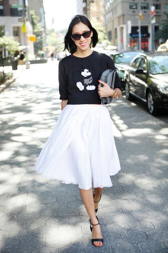 Ngoài quần jeans kiểu dáng tiện lợi, những mẫu chân váy điệu đà vẫn có thể kết hợp cùng áo thun basic in hình chuột Mickey.