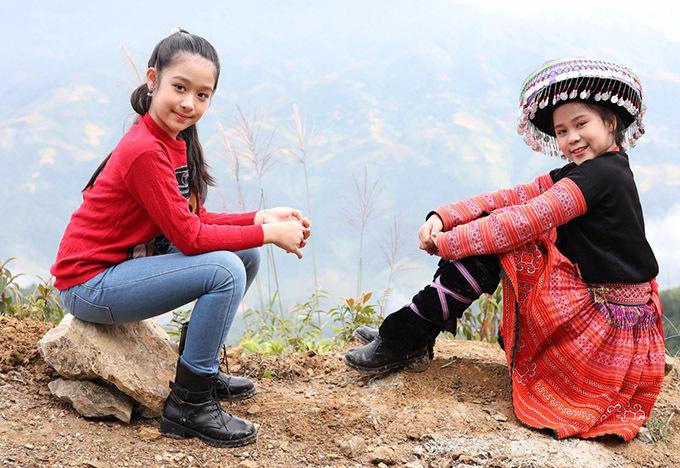 Bé Bảo Ngọc (trái) và Bella Vũ là bạn thân ngoài đời. Cùng yêu thích ca hát nên hai sao nhí rủ nhau thực hiện sản phẩm chung. Hai bé quyết định làm mới ca khúc Con gái của vợ chồng Phương Thảo - Ngọc Lễ.
