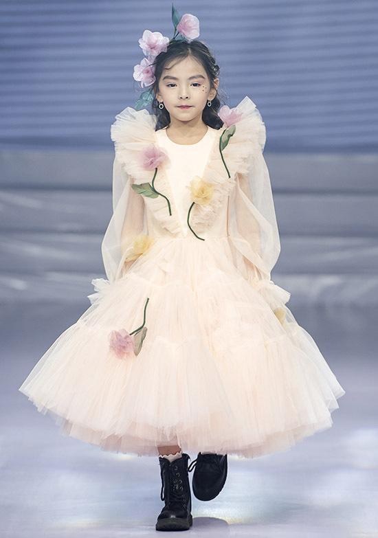 Nhà thiết kế trung thành với phong cách công chúa ngọt ngào, đáng yêukhi sáng tạo trang phục cho các bé gái.