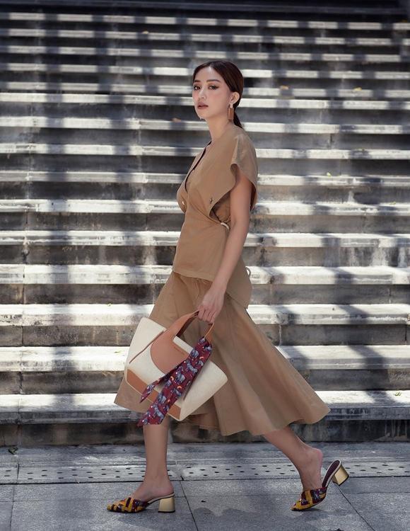 Mỗi lần xuất hiện, cô gái 27 tuổi luôn đầu tư chỉn chu cả trang phục, phụ kiện lẫn gu make-up, làm tóc, giúp bản thân dần khẳng định vị trí trong làng fashionista Việt.