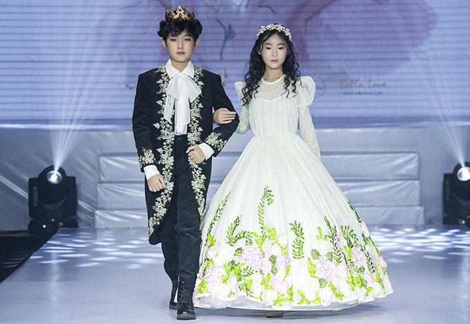 [Caption Những chiếc váy nhiều màu sắc trắng, hồng nhạt, hồng thắm biến các người mẫu nhí thành công chúa trong khu vườn cổ tích.