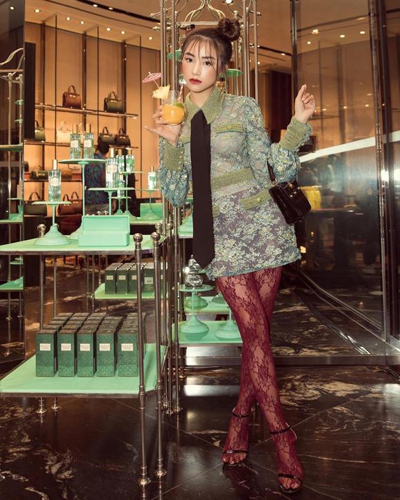 Mẫu váy ren xanh xuyên thấu của Gucci phối cùng legging đỏ rượu là cách mà cô khẳng định cái tôi riêng biệt.