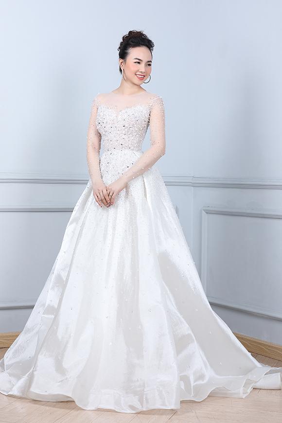 Đinh Ngọc Diệp hoá công chúa với váy dáng xoè thướt tha phủ kín pha lê ở thân trên.