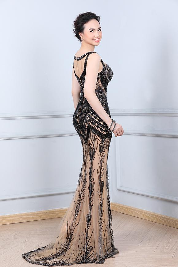 Váy do Hoàng Hải thực hiện đều được may từ những chất liệu cao cấp như lụa Italia, pha lê Swarovski... nhập khẩu.