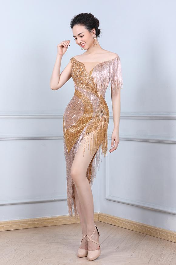 Sau khi sinh con trai đầu lòng, diễn viên Đinh Ngọc Diệp vẫn giữ được vóc dáng thon thả. Bộ váy ngắn xẻ cao bó sát phủ kín sequins giúp bà xã Victor Vũ khoe được đôi chân dài và ba vòng gợi cảm.
